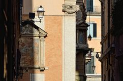Schmales Strrets in Rom. Largo di Torre Argentina stockbild