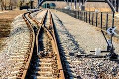 Schmalspurbahngleisdurchläufe über Brücke lizenzfreie stockfotos