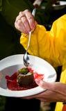 Schmecken des Kuchens lizenzfreies stockfoto