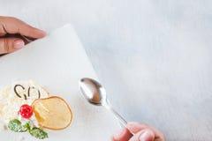 Schmecken des sahnigen orange Nachtischs im Restaurant Stockfoto