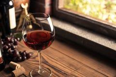Schmecken von köstlichen Weinen im Keller stockfotografie