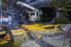 Schmelzen des Eisens in einer metallurgischen Anlage stockbilder