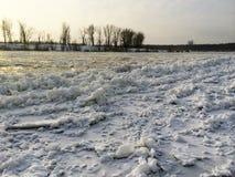 Schmelzen des Eises auf dem Fluss, Eisgang auf dem Fluss in der Sonne, Vorfrühling lizenzfreie stockbilder