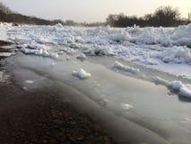 Schmelzen des Eises auf Fluss, Eisgang, Vorfrühling stockbild