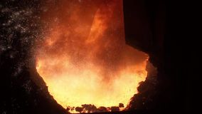 Schmelzen des flüssigen Metalls vom Hochofen stock video footage