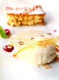 Schmelzende Eiscreme mit gebackenem Biskuit stockfoto