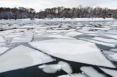 Schmelzende Eisschollen auf Oberfläche von Fluss in der Dämmerung Stockfoto