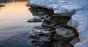 Schmelzende Flusseisküste Lizenzfreie Stockbilder