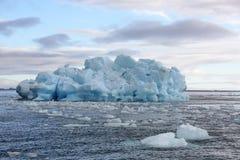 Schmelzender Eisberg im Nordpolarmeer Stockfotos