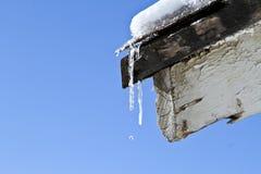 Schmelzender Schnee weg vom Dach stockfotografie