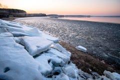 Schmelzendes Eis auf dem See Stockfotos