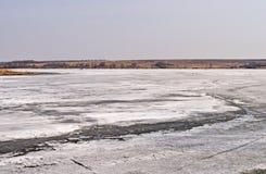 Schmelzendes Eis auf einem Fluss im Frühjahr Stockbilder