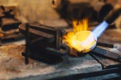 Schmelzendes Metall des Goldschmieds lizenzfreie stockfotografie