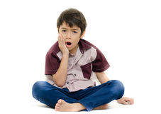 Schmerz des kleinen Jungen seine Zähne auf Weiß Lizenzfreie Stockfotos