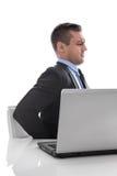 Schmerz: Geschäftsmann, der mit Rückenschmerzen am Schreibtisch lokalisiert auf Whit sitzt Stockfotos