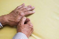 Schmerz im Finger stockfotos