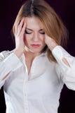 Schmerz u. schöne blonde junge Frau Lizenzfreie Stockfotografie
