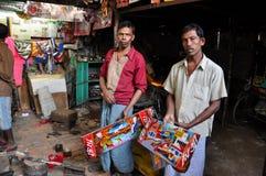 Schmerzende Werkstatt der Rikscha in altem Dhaka, Bangladesch Arbeitskräfte in der Straßenwerkstatt stockbild