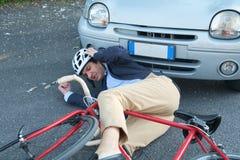 Schmerzender Mann nach Fahrradunfall lizenzfreies stockbild
