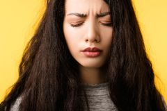 Schmerzkopfschmerzen-Belastungsproblem des Frauengesichtes die Stirn runzelndes stockfotografie