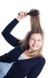 Schmerzliche Frisur der Frau unter Verwendung des Hairbrush Lizenzfreie Stockbilder