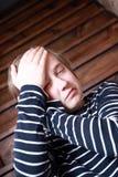 Schmerzliche Kopfschmerzen eines Jugendlichen Stockfoto