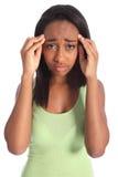 Schmerzliche Kopfschmerzen für jugendlich Mädchen des Afroamerikaners Lizenzfreie Stockfotos