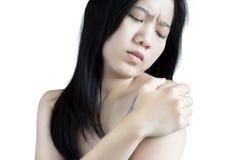 Schmerzliche Schulter in einer Frau lokalisiert auf weißem Hintergrund Beschneidungspfad auf weißem Hintergrund Stockfotografie