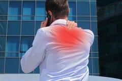 Schmerzlinderungskonzept Mann mit den rückseitigen Schmerz Geschäftsmann, der seinen schmerzlichen Hals reibt Stockfoto