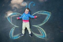 Schmetterling des kleinen Mädchens Lizenzfreies Stockfoto