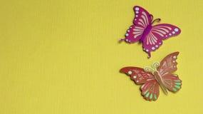 Schmetterlinge auf einem gelben Hintergrund lizenzfreie stockfotos