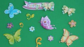 Schmetterlinge auf einem grünen Hintergrund stockbild