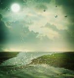 Schmetterlinge und Mond in der Fantasielandschaft Lizenzfreie Stockbilder