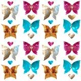 Schmetterlinge und nette Herzen in Form von Edelsteinen, Perlmutt Lizenzfreies Stockfoto