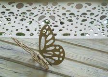 Schmetterlingsdekoration auf hölzernem Hintergrund Stockfoto