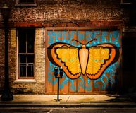 Schmetterlingsgraffiti in der Stadt lizenzfreie abbildung