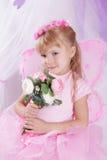 Schmetterlingsmädchen im Kranz, der Rosen hält Stockfotografie