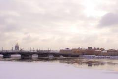Schmidt υπολοχαγών της Αγία Πετρούπολης γέφυρα το χειμώνα Στοκ Εικόνες