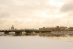Schmidt υπολοχαγών της Αγία Πετρούπολης γέφυρα το χειμώνα Στοκ εικόνα με δικαίωμα ελεύθερης χρήσης
