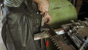 Schmied arbeitet mit Eisendetail und benutzt eine Datei stock video