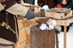 Schmied bei der Arbeit mit heißem Eisen Lizenzfreie Stockfotos
