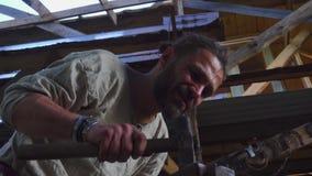 Schmied, der das fl?ssige Metall auf dem Ambosse in der Schmiede schmiedet stock footage