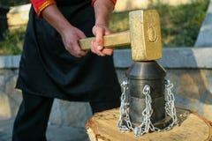 Schmied, der Hammer auf dem Ambosse klopft stockbild
