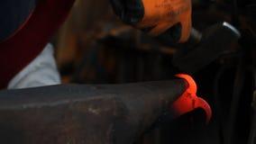 Schmied, der heißes Eisen hämmert stock video footage