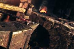 Schmied, der manuell das flüssige Metall schmiedet lizenzfreies stockbild