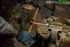 Schmied, der mit Metall arbeitet stockfoto