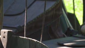 Schmied, der mit Schmiedepelzen in der Schmiede arbeitet Nahaufnahme stock video footage