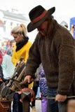 Schmied in der mittelalterlichen Kleidung, Vilnius Lizenzfreies Stockfoto