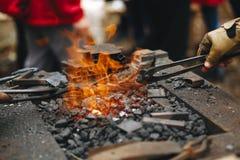Schmiede, Messingarbeiter mit sehr heißen Kohlen, Nahaufnahme lizenzfreie stockbilder