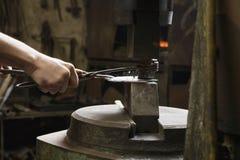 Schmiede-Shaping Metal In-Werkstatt Stockbild